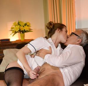 Молодая медсестра соснула член старику и села пиздой на него