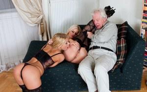 Старый пердун сношает молодых проституток в задницы