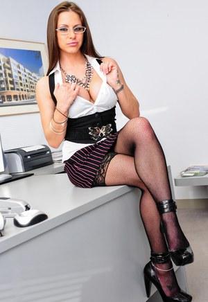 Фотки грудастой секретарши на столе