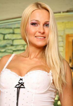 Блондинка в чулках и короткой юбке радуется проникновению члена в тугое очко