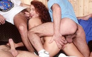 Спортивную рыжую мамку чуваки раскатали на групповой секс втроем и грубый анал