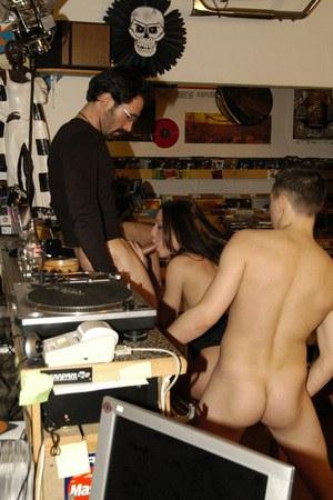 Покупатели в два ствола трахают продавщицу музыкального магазина во все дырки