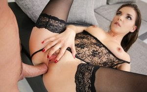 Стройняшку в чулках и сексуальном белье сосед жестко натягивает в задницу