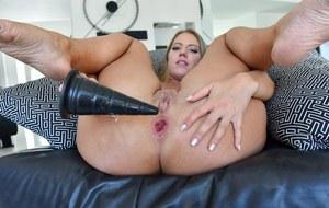 Различными секс игрушками похотливая блондинка разрабатывает очко перед перепихоном