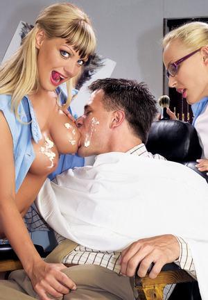 Двух парикмахерш мужик с большим членом активно натягивает в пилотки и анальные дырочки