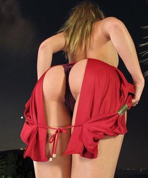 Стройная девчушка показывает стриптиз и засовывает в попку анальную пробку