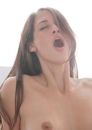 Милашка в сексуальном наряде отсасывает с заглотом перед скачкой на толстом члене