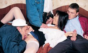 Брюнетку в чулках три пацана трахнули в груповушке во все дырки с двойным проникновением
