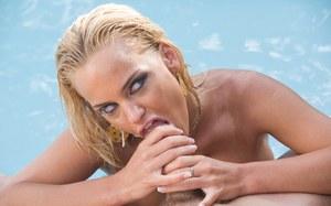 Возле бассейна случайный любовник пердолит сисястую блондинку в ротик и промежность