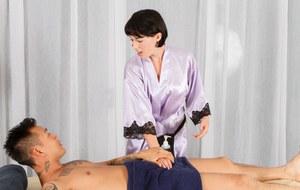 Коротко стриженная массажистка с наслаждением сосет член очередного клиента