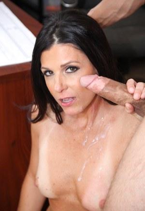 Мамка секретарша отсасывает новому боссу здоровенный фаллос перед сексом