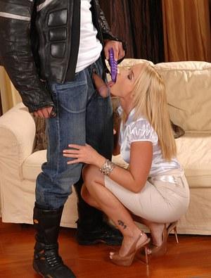 Развратная блондинка с глубоким заглотом делает минет симпатичному курьеру