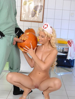 На Хэллоуин медсестра нимфоманка порадовала пациента глубоким минетом