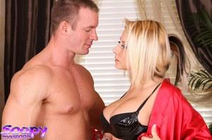 Во время нуру массажа шикарная блондинка делает клиенту смачный минет