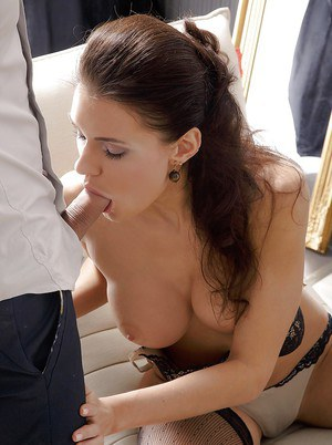 Мамка в чулках сосет с глубоким заглотом и размазывает по лицу сперму хахаля