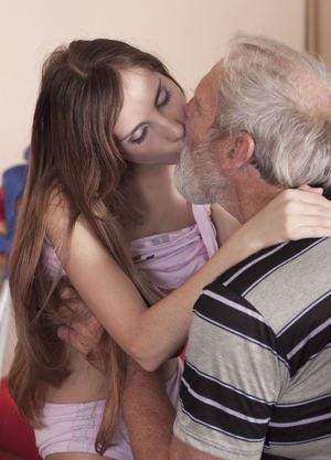 Пожилой хозяин квартиру ловко насовал в глотку молоденькой красотке