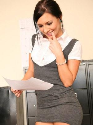 Горячая секретарша в подсобке с заглотом отсасывает похотливому начальнику