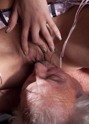 Коротко стриженная брюнетка до блеска полирует член пожилого любовника