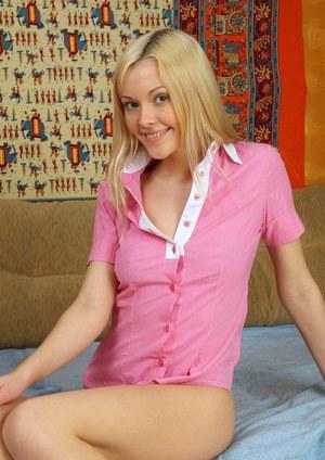 Блондинка становится на колени и делает бойфренду смачный минет с заглотом