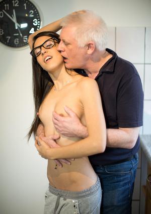 Перед горячим сексом старый дедок ловко насовал молодухе за щеку