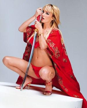 Голодные до секса чуваки до крика трахают стройную блондинку в двойном проникновении