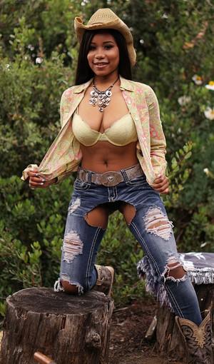 Негритянка из глубинки в откровенной фото сессии показывает большую попку