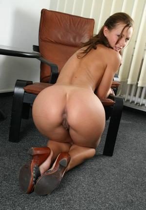 На собеседовании в офисе будущая секретарша покорила босса большой жопой
