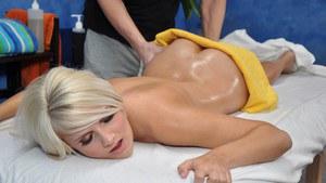 Блондинку с большой жопой массажист намазал маслом и жестко натянул на кукан