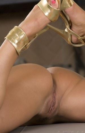 Богатому любовнику брюнетка с шикарной попкой устраивает развратное шоу