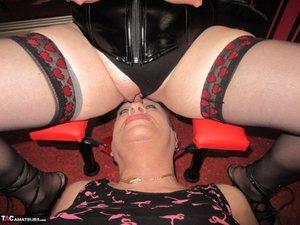 Любительница БДСМ с большой задницей мастурбирует раздолбанную вагину