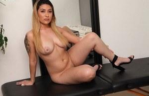 Блондинка с шикарной задницей после стриптиза развлекается с дилдо
