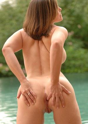 Девулька с большой жопой и натуральными сиськами откровенно позирует на природе