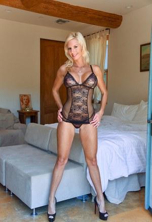 Красивая мамка блондинка с готовностью показывает большие сиськи хахалю