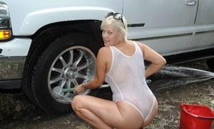 Мамка блондинка облилась водой и в прозрачном наряде светит большими сиськами