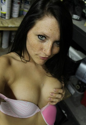Брюнетка делает интимные снимки больших сисек и выкладывает в интернет