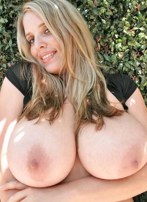 На свежем воздухе красивая блондинка бесстыже светит перед соседом большими сиськами