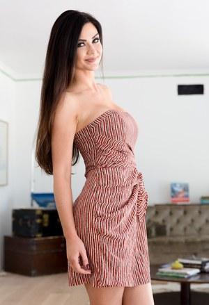 Длинноволосая сисястая красотка во время стриптиза снимает всю одежду