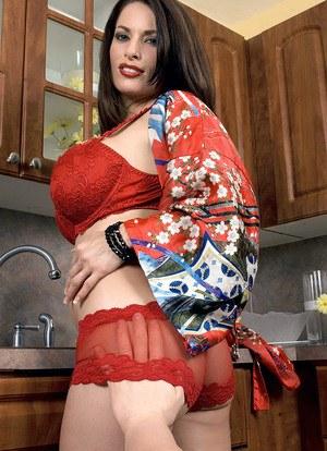 Темноволосая сисястая домохозяйка на кухне с утра отсасывает мужу