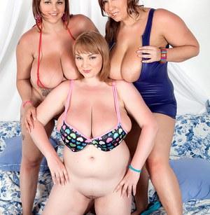 Три бабенки с пышными формами на фото сессии показывают большие сиськи
