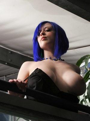 Сисястая красотка неформалка снимает платье и демонстрирует большие буфера