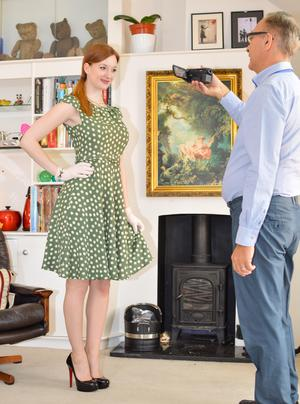 Перед отчимом рыжая дочка в чулках приподнимает платье и показывает пизденку
