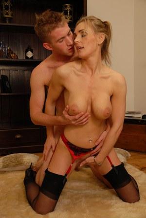 Пока нет мужа, блондинка в чулках наслаждается большим членом нового соседа