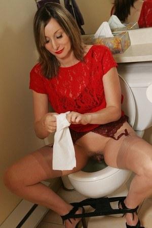 Зрелка в чулках забежала к соседу и сразу отправилась в туалет пописять