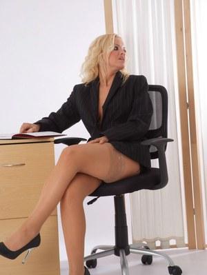 Развратная мамка в чулках после работы переодевается в сексуальный кожаный костюм
