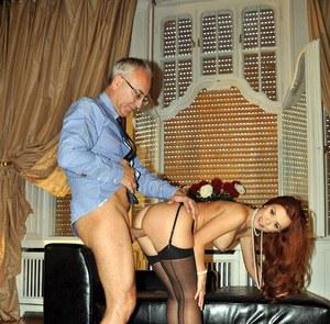 Пожилой бизнесмен толстым хером натягивает в гостинице рыжуху в чулочках