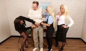 Мужику в смирительной рубашке три сучки в чулках дрочат и отсасывают член