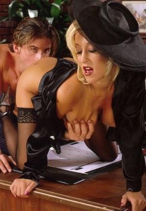 Частный детектив большим членом в офисе натягивает сисястую блондинку в чулках