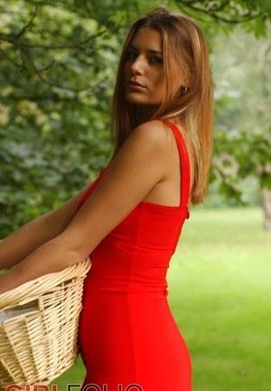 Милашка в чулках на свежем воздухе снимает короткое красное платье