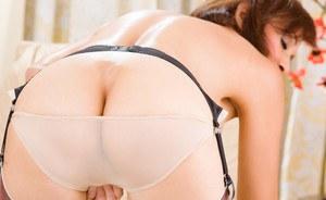 Загорелая мачеха в чулках стриптизом совращает молодого пасынка на секс