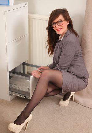 Сисястая секретарша в чулках прямо на рабочем месте раздевается перед начальником